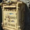 La boîte aux lettres de la poste, qui depuis des décennies a rendu service aux habitants du village et attirait encore les regards (trop, peut-être) il y a peu de […]